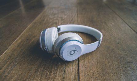 Sluchátka, na kterých lze poslouchat Apple Music.