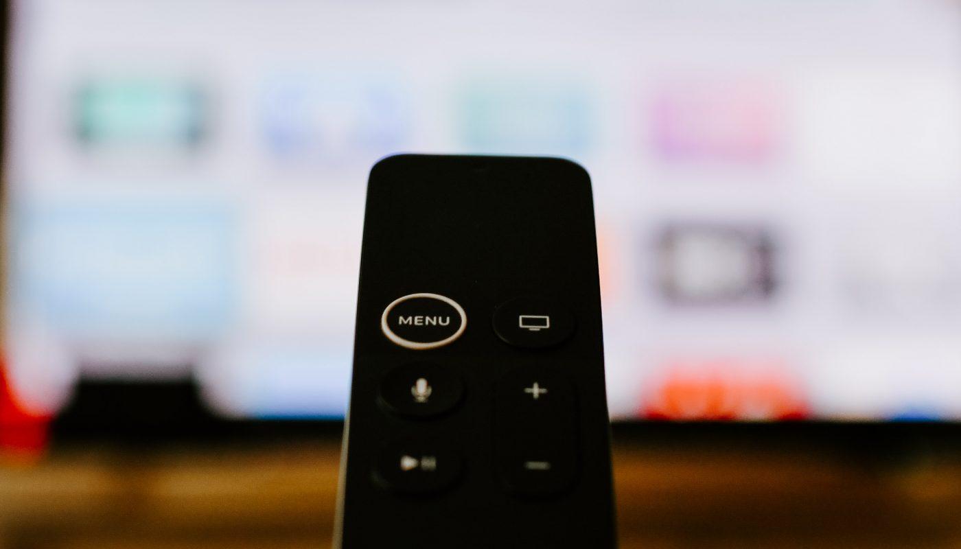 Dálkový ovladač, kterým lze ovládat Apple TV+.