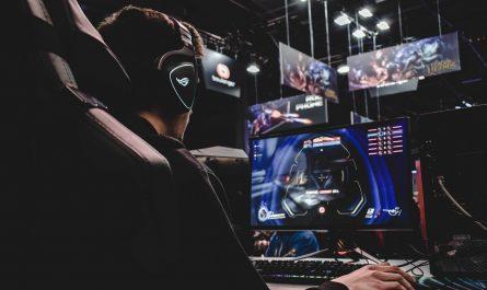 Elektronický sport v praxi, kdy mladý chlapec hraje hru.