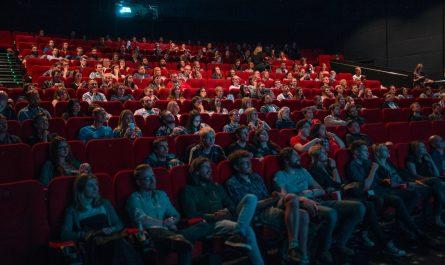 Kino, které má sál plný nadšených diváků.