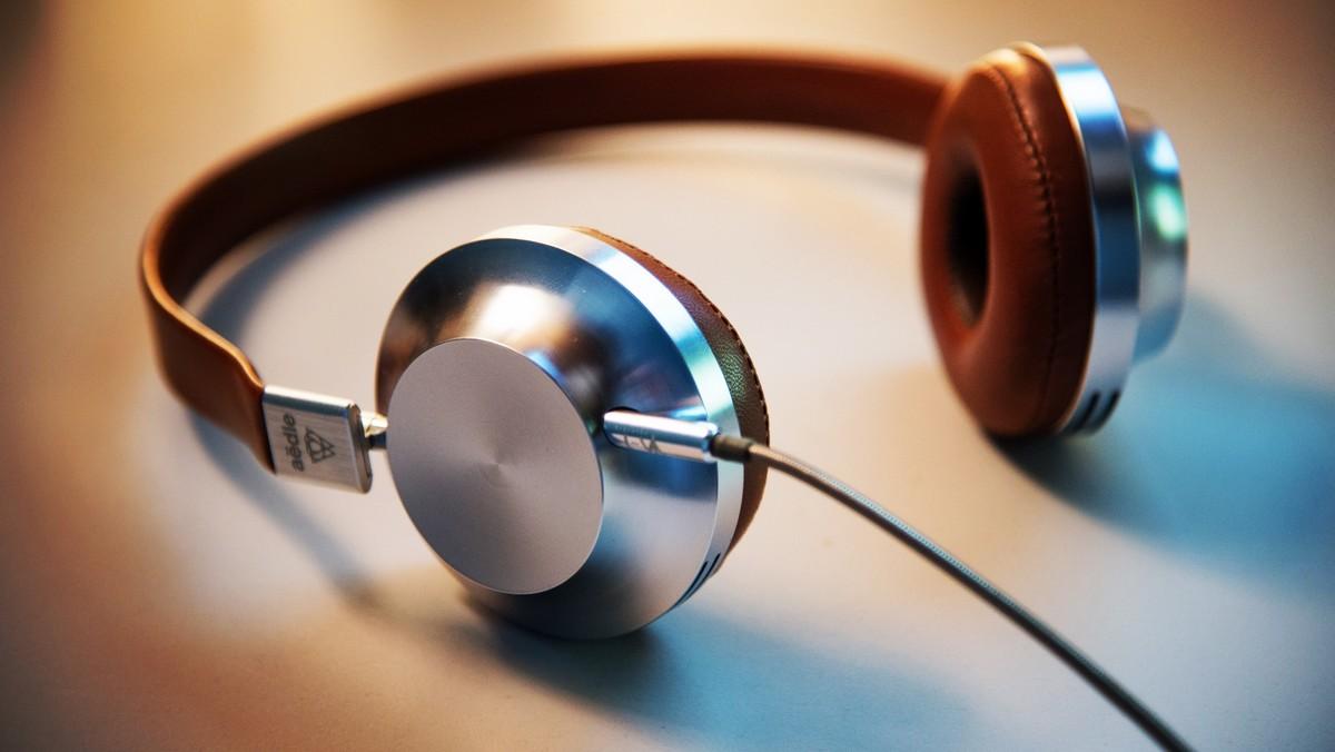 Drátová sluchátka, která jsou alternativou těch bezdrátových.