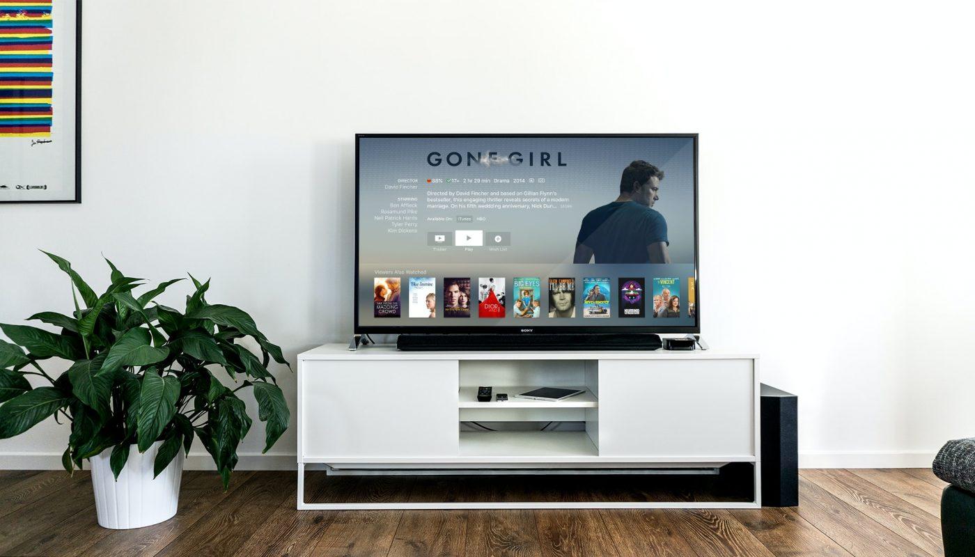 Smart TV posazené na stolku v obýváku.