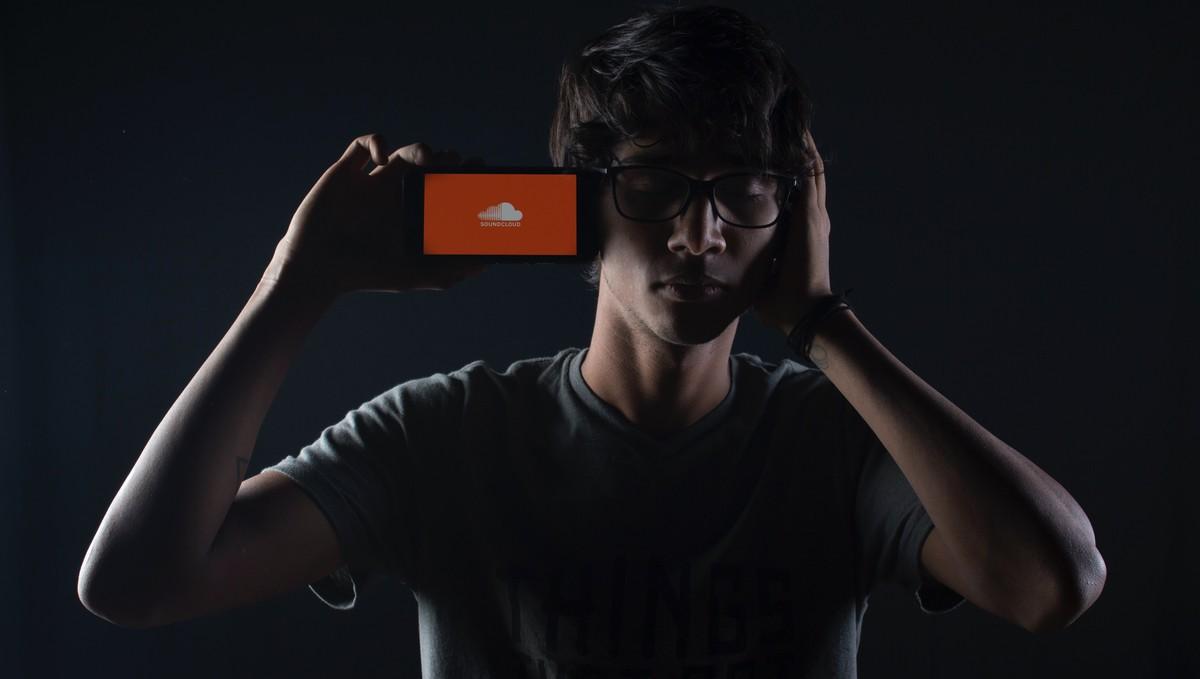 Aplikace SoundCloud spuštěná na mobilním telefonu.