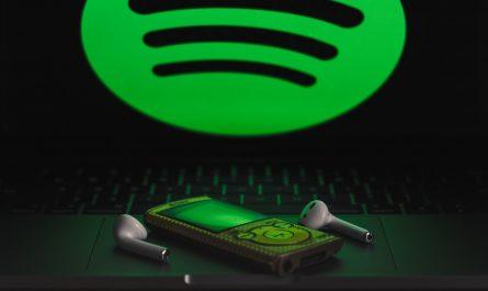 Logo Spotify nad hudebním přehrávačem.
