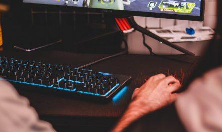 Počítačový hráč využívající herní platformu Steam.